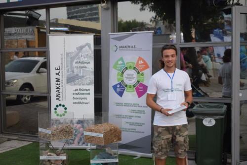 Ενημέρωση από τον Ηλία στον εξωτερικό χώρο της ΑΝΑΚΕΜ, με επίδειξη ΑΕΚΚ και δευτερογενών προϊόντων